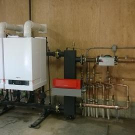 Warmwatervoorziening voor de vloerverwarming in de gehele stal.
