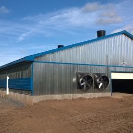 Aan de achterkant van de stal zijn 3 eindwand ventilatoren geplaatst.